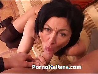 Italian Milf Cougar hot Matura italiana scopata sul divano