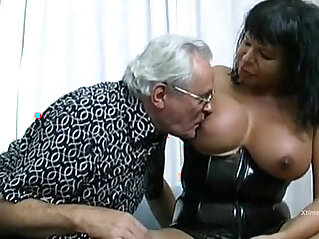 Extreme sex orgy involves a fat shemale